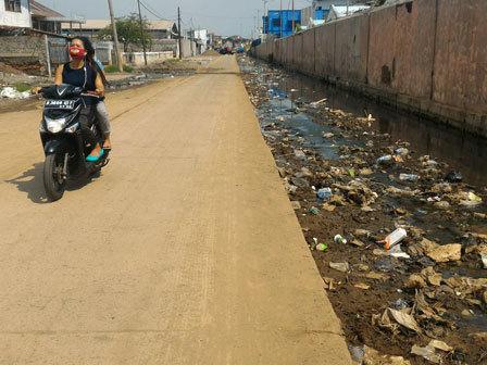 4437 medium saluran air jl muara baru dipenuhi sampah