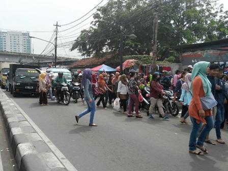 4489 medium trotoar di jl jatibaru dikuasai pkl