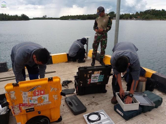 44947 medium bmkg memasang alat pengukur ketinggian air di pulau sebesi