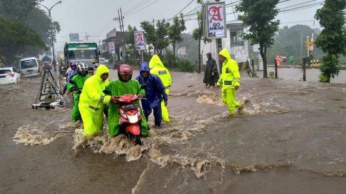 44948 medium hujan mengguyur lawang 2 jam  jalur surabaya malang terendam banjir