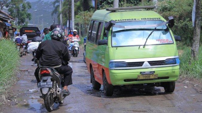45388 medium 265 kilometer jalan di kabupaten bandung masih rusak  ini kondisinya