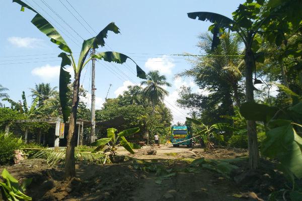 45390 medium kesal jalan rusak  warga kulonprogo blokade jalan