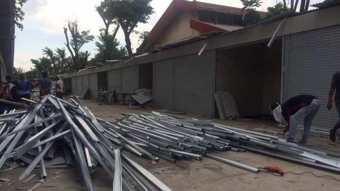 46277 medium puluhan kios di penjaringan rusak diterjang angin kencang