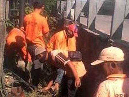 4630 medium rumput liar di pinggir saluran jl krapu dibersihkan