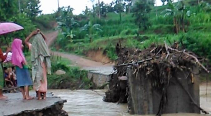 47372 medium dua jembatan putus tergerus air hujan di lombok tengah