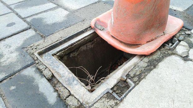 47518 medium penutup saluran air di kota lama semarang hilang