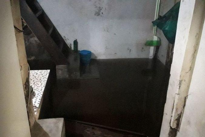 47907 medium sejumlah rumah di pluit masih banjir karena saluran air tersumbat sampah