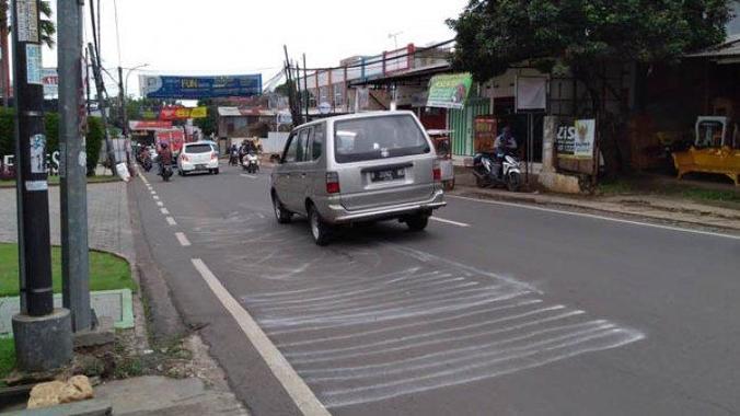 47911 medium jalan ambles di tole iskandar depok ancam pipa pdam  sudah tiga minggu tak kunjung diperbaiki