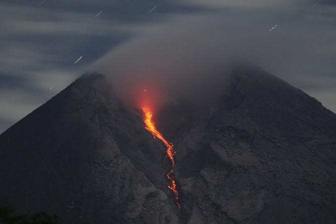 48480 medium gunung merapi aktif