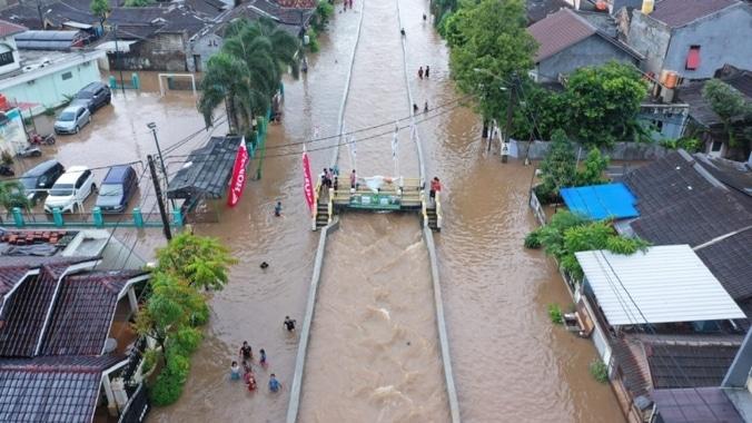 48628 medium tanggul jebol  perumahan di tangsel banjir 1 meter