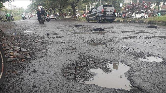49170 medium jalan rusak di kawasan pemerintahan kabupaten bogor  banyak pengendara motor terjatuh
