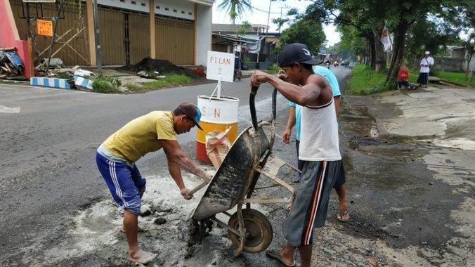 49873 medium warga arjowinangun kota malang swadaya tambal jalan rusak