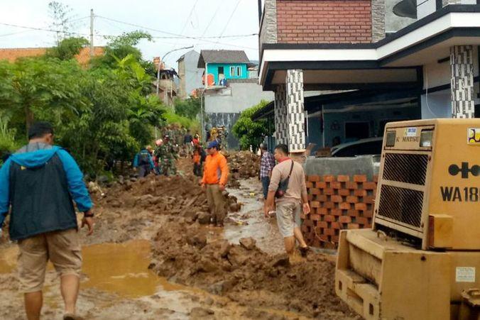 49874 medium pdam salurkan 3.000 liter air bersih untuk warga terdampak banjir bandang di bandung