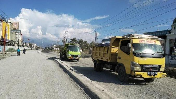 50682 medium jalan utama penghubung palu donggala rusak