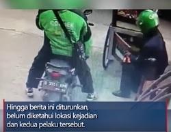 50803 small aksi 2 orang berseragam ojol curi tabung gas 3 kg dari gerobak batagor