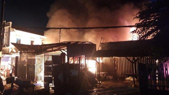50906 medium kebakaran terjadi di pasar anyar tangerang  8 unit bangunan hangus terbakar