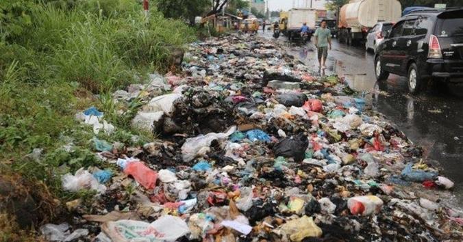 51594 medium sampah berserakan di pinggir jalan asmara medan