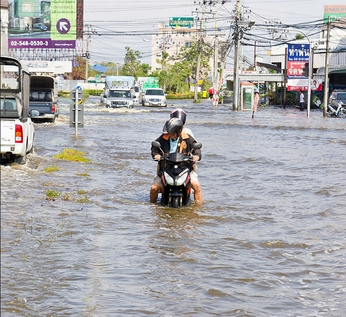 51950 medium tip aman berkendara saat banjir