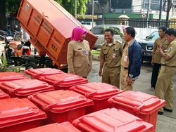 520 small rusun jatinegara barat mendapatkan 32 tong sampah