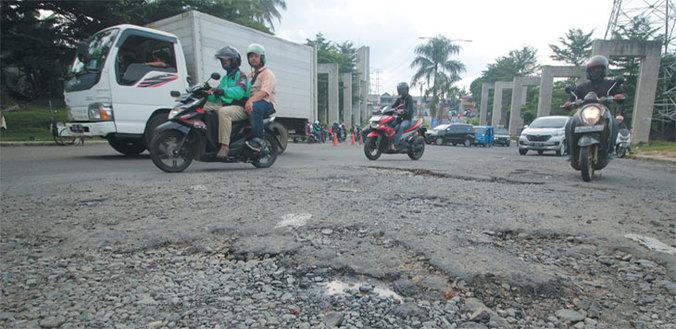 52631 medium jalan grand depok city dipenuhi lubang