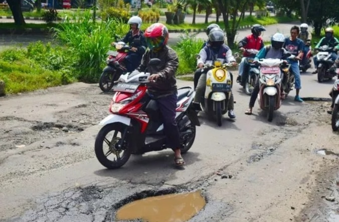 53674 medium jalan rusak berlubang simpang bambu kuning hambat pengguna jalan