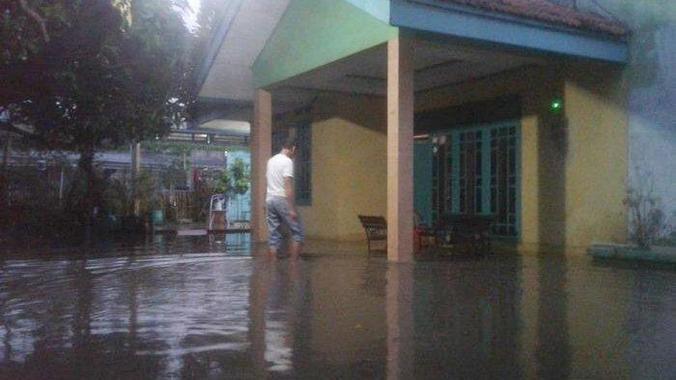 53837 medium satu jam diguyur hujan  wilayah semanan jakarta barat dilanda banjir