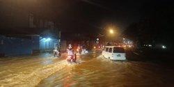53838 small hujan lebat  jalan jakarta cikampek banjir dan tak bisa dilalui kendaraan