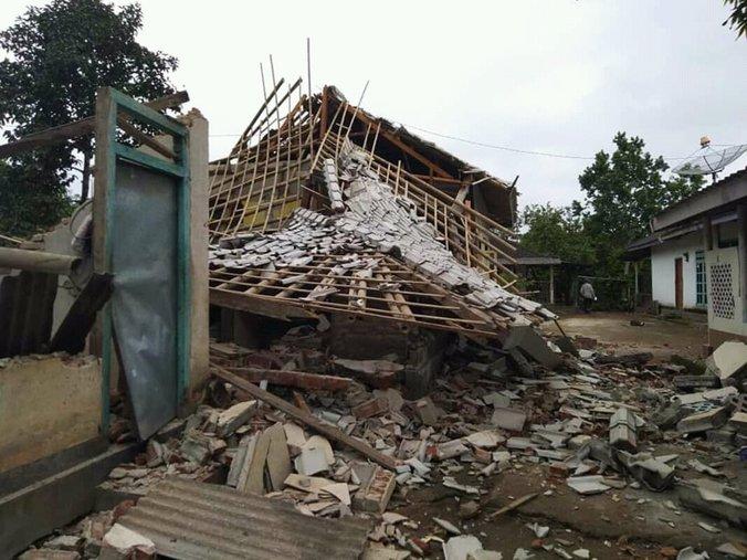 54330 medium dampak gempa 5 4 sr di lombok timur  2 orang meninggal dunia