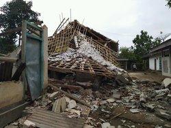 54330 small dampak gempa 5 4 sr di lombok timur  2 orang meninggal dunia