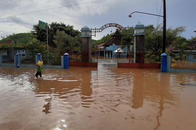 54335 medium sungai meluap  sebagian wilayah kulon progo terendam banjir  sekolah diliburkan