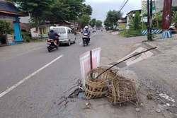 55942 small warga jalan jeru  malang tutupi jalan rusak dengan banner caleg