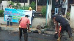 56843 small muak dengan jalan rusak  warga malang tambal jalan secara swadaya