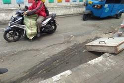 57156 small jalan rusak di tepi flyover pramuka tak kunjung diperbaiki