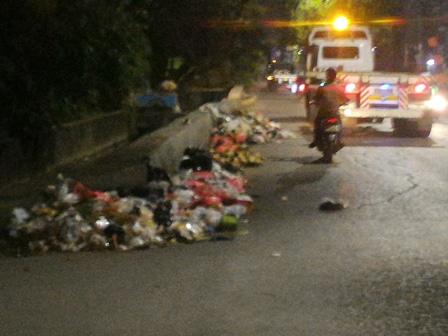 5732 medium warga kali baru keluhkan sampah di jl raya cilincing