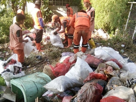 5790 medium 6 ton sampah diangkut dari jl maritim