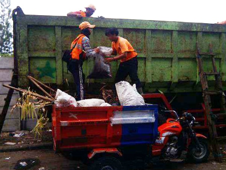 580 medium ppsu keruk 1 ton sampah saluran