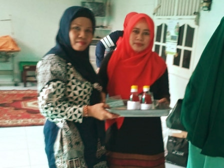 58342 medium kaum ibu di kedoya utara dilatih bikin minuman tradisional betawi