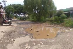 58579 small jalan utama di perumahan griya asri  sumber jaya  tambun selatan  kabupaten bekasi rusak parah. kerusakan jalan ini bahkan mencapai ratusan meter yang ada di kedua arah.