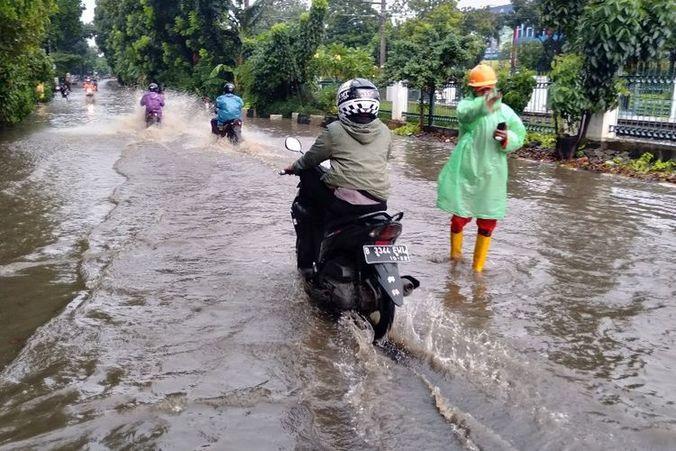 58752 medium banjir setelah hujan deras  jalan tanjung barat macet