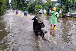 58752 small banjir setelah hujan deras  jalan tanjung barat macet