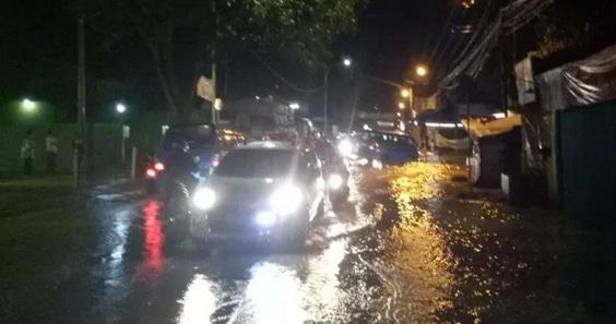 58940 medium banjir guyur bogor  jalan leuwiliang kebanjiran