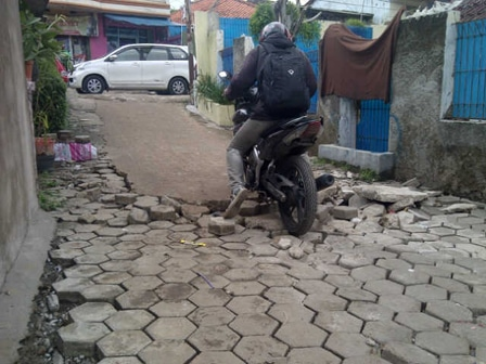 591 medium warga lubang buaya keluhkan jalan rusak
