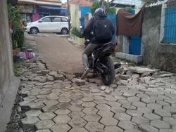 591 small warga lubang buaya keluhkan jalan rusak