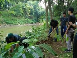 59483 small peringati hari bumi  warga bersihkan bantaran kali ciliwung
