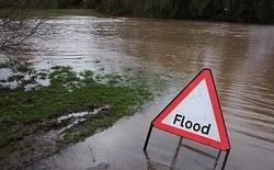 59581 small hujan sejak pagi dan sungai ciliwung meluap  ini 12 titik banjir di jakarta