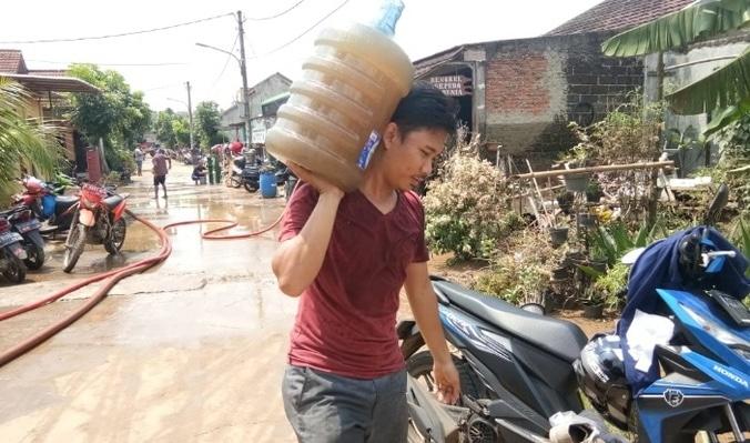 59723 medium banjir 2 meter tengah malam  warga pesona serpong kesulitan air bersih