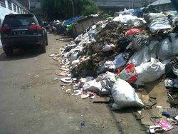 600 small warga pekojan keluhkan tumpukan sampah