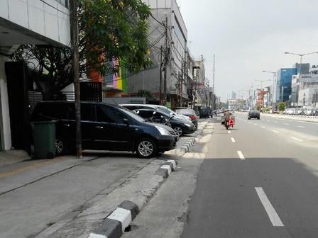 6049 medium trotoar di gambir marak parkir liar