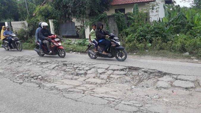 60638 medium jalan rusak di babelan semakin parah  warga kesulitan melintas