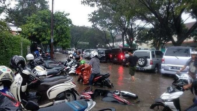 60755 medium belasan sepeda motor di serpong terendam banjir akibat hujan deras %282%29